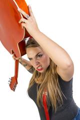 Pinup arrabbiata che getta via la chitarra