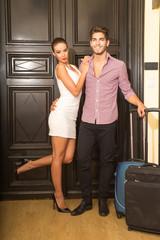 Junges Paar bei der Ankunft im Hotel
