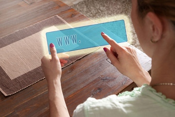 Junge Frau sucht im Internet auf einem Hologramm Tablet
