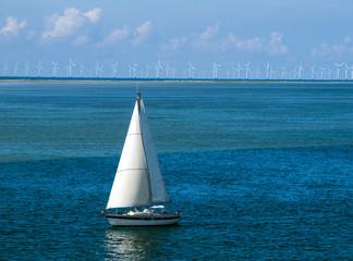 Schiff vor Windpark