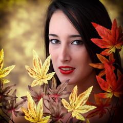 Ritratto di ragazza con foglie d'autunno