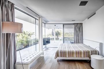 спальня в стиле модерн с выходом на террасу