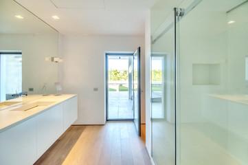светлая большая ванная комната с выходом на террасу