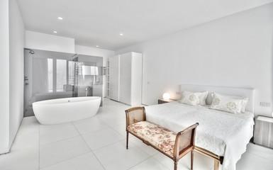 люксовая белая спальня с собственной ванной комнатой