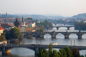 Stadtansicht von Prag mit Moldau und Brücken