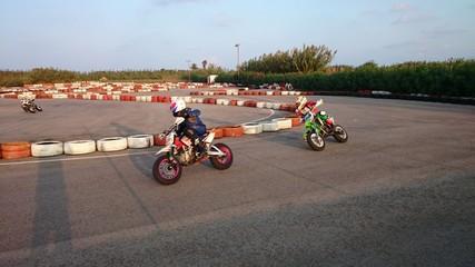 Motos en curva de circuito
