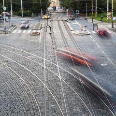 Straßenverkehr an einer Kreuzung mit Bewegungsunschärfe