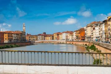 Veduta dei Lungarni di Pisa, ponte di mezzo, Italia