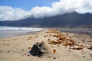 recreacion de un volcan en miniatura en la playa de famara
