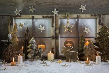 Dekoration Weihnachten: Fenster mit Kerzen, Schnee und Holz
