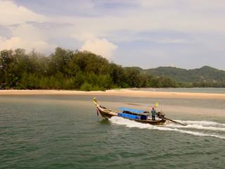 Long Tail Boat auf Krabi in Fahrt