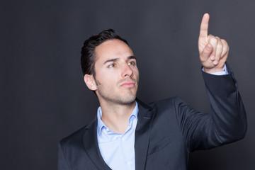 Geschäftsmann drückt auf einen virtuellen Schirm