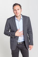 Geschäftsmann leidet unter Magenschmerzen