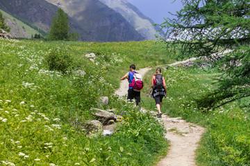 Giovane coppia passeggia in montagna