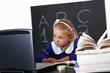 Bambina impegnata a studiare