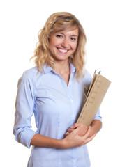Sekretärin mit blonden Locken und Akte bei der Arbeit