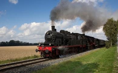 Dampfeisenbahn in voller Fahrt