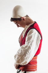 Albanischer Junge zieht Traditionskleidung an
