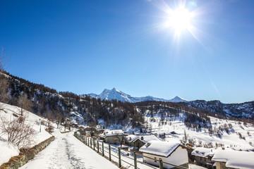 Paesino di montagna in inverno