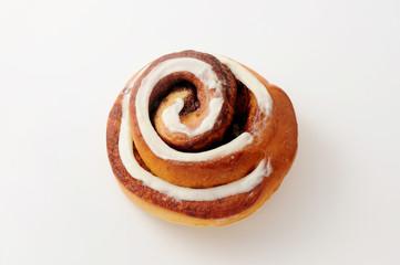 シナモンロール パン 白背景 クローズアップ