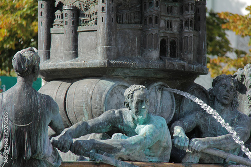 Fotobehang Fontaine Historiensäule (Brunnendetail)