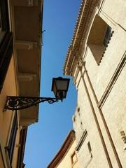 Lanterna in contrasto tra cielo e case
