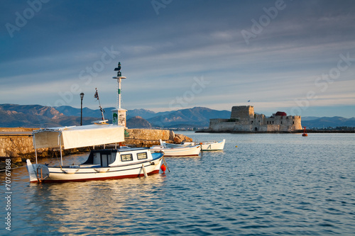 Aluminium Poort Fishing boats in Nafplio harbour and Bourtzi castle, Greece.