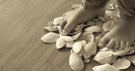 Füße auf Mushelschalen