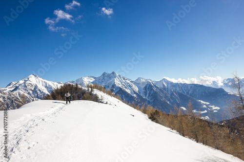 Ragazza ciaspola su cresta in montagna - 70772080