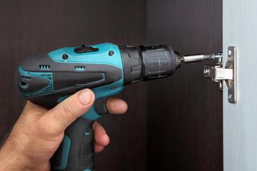 Joiner mounts door wardrobes, screw the hinges wireless screwdri