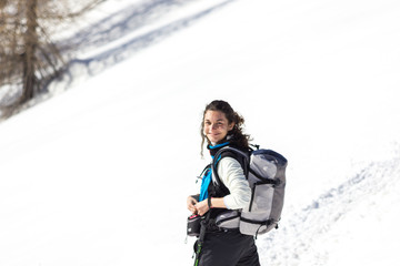 Ragazza in montagna in inverno