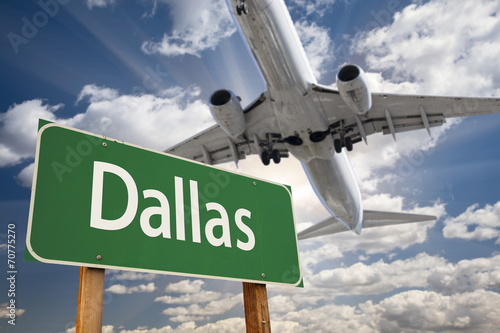 In de dag Texas Dallas Green Road Sign and Airplane Above