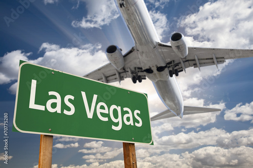 Foto op Plexiglas Las Vegas Las Vegas Green Road Sign and Airplane Above