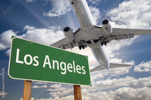 Fotobehang Los Angeles Los Angeles Green Road Sign and Airplane Above