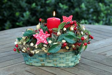 Adventskerze, Gesteck auf Holztisch, Garten, Abend