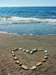 Cuore di sassi sulla spiaggia