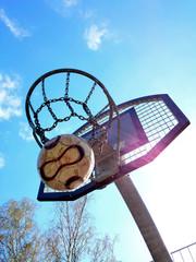 Basketballkorb mit Ball und Sonnenschein