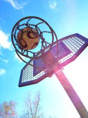 Basketballkorb im Sonnenschein
