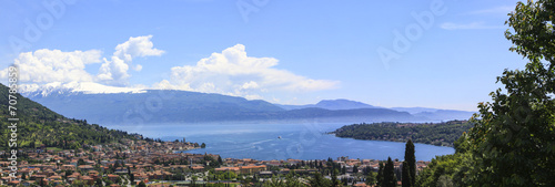 canvas print picture Blick auf den Gardasee und dem Ort San Felice del Benaco