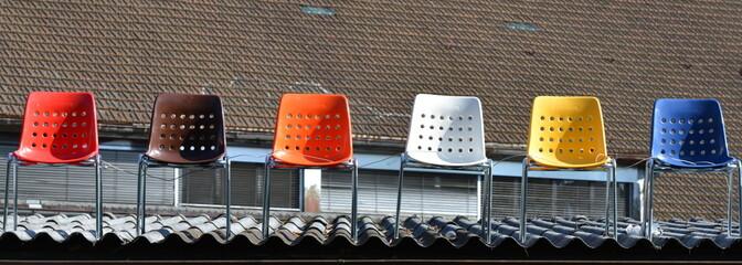chaises sur un toit