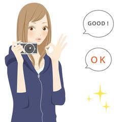 ポジティブパーツ カメラを持った笑顔の女性