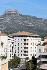 Quartier résidentiel et montagne du Garlaban à Aubagne