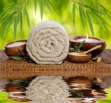 Spa fond avec une serviette roulée, bambou et chandelles