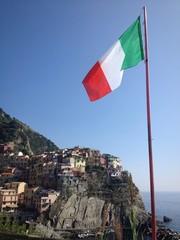 vernazza con bandiera dell'Italia