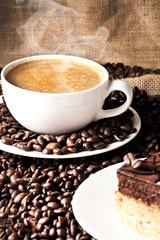 Frisch zubereitete Kaffe und kaffe kuchen