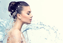 "Постер, картина, фотообои ""Beautiful model woman with splashes of water in her hands"""