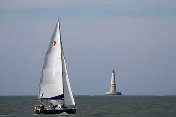 voilier navigant devant le phare de cordouan