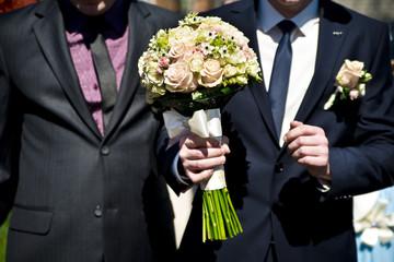 Жених со свадебным букетом