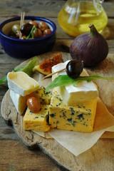 Сыры, оливки и инжир
