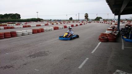 Vista frontal de kart en circuito